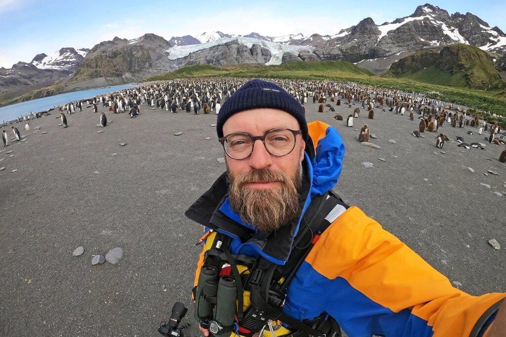 Yves Adams, photographe du manchot jaune