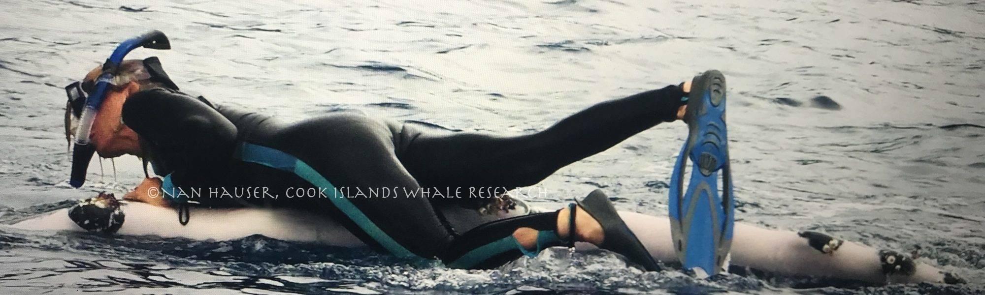 Nan Hauser couchée sur une baleine à bosse
